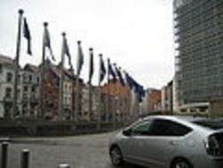 EU flags in front of the Berlaymon, foto di Hlynz