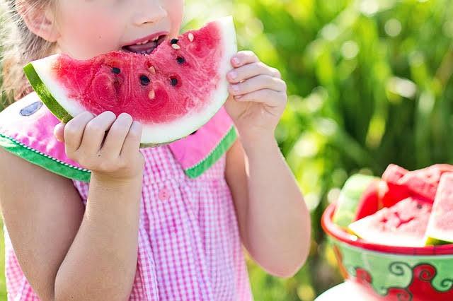Frutta e latte nelle scuole - Photo credit: Foto di Jill Wellington da Pixabay